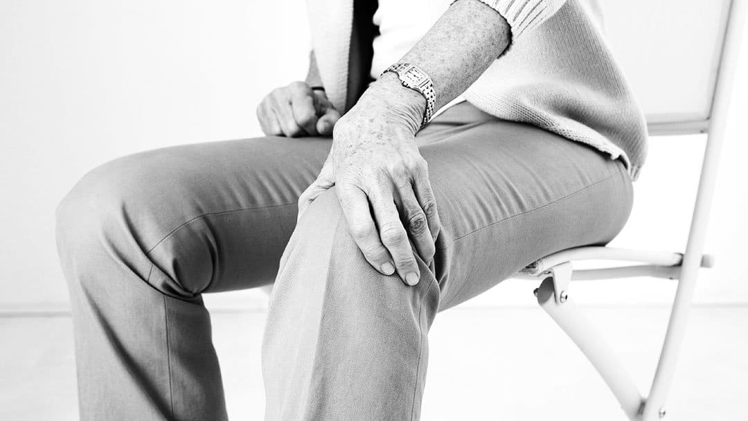 anziana-si-tocca-ginocchio-min