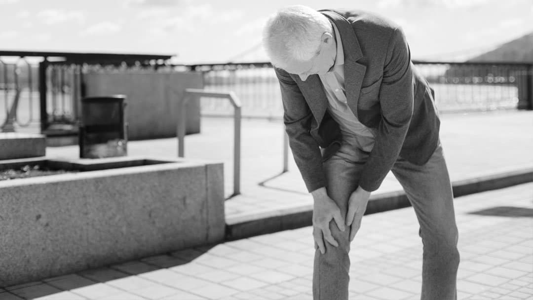 dolore-al-ginocchio-persona-anziana